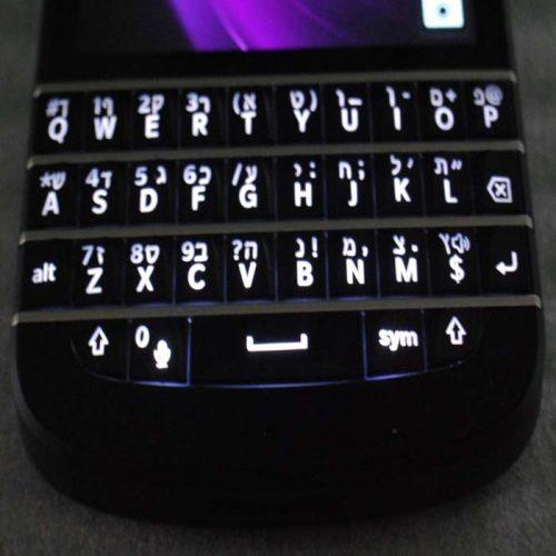 חריטת עברית על blackberry Q10