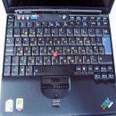 חריטת עברית בצהוב על מקלדת מחשב נייד