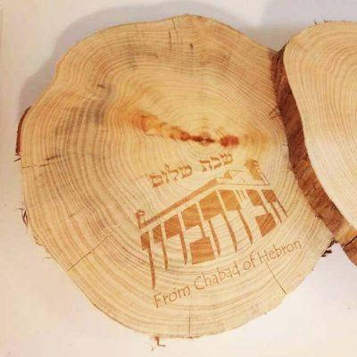 חריטת לייזר על גזע עץ